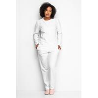 Modelo veste conjunto de pijama de frio branco com detalhes.